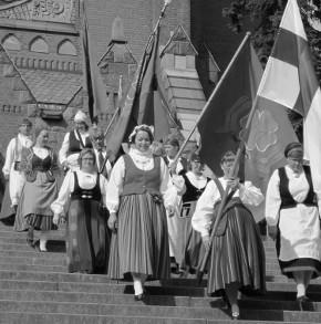 Suomalainen kansallispuku seuraaaikaansa